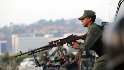 Un miembro armado de la Guardia Nacional se prepara para responder a la represión chavista.