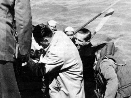 Perón a punto de subir a la cañonera, donde jamás podía imaginar que lo esperaba un sicario para asesinarlo