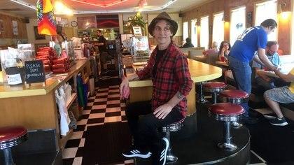 """Fernando Samalea en el Double R Cafe del pueblo norteamericano de North Bend, donde David Lynch rodó la serie """"Twin Peaks"""""""