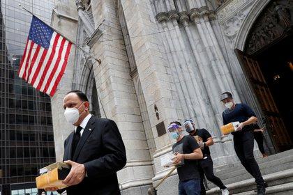 Servicio en la Catedral de San Patricio para bendecir las cenizas de los mexicanos que han muerto durante el brote de la enfermedad coronavírica pero que no pudieron tener una misa o entierro fúnebre, en Manhattan, Nueva York, EE.UU., el 11 de julio de 2020 (REUTERS)