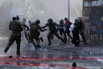 Algunos manifestantes chocaron con los carabineros (REUTERS/Ivan Alvarado)
