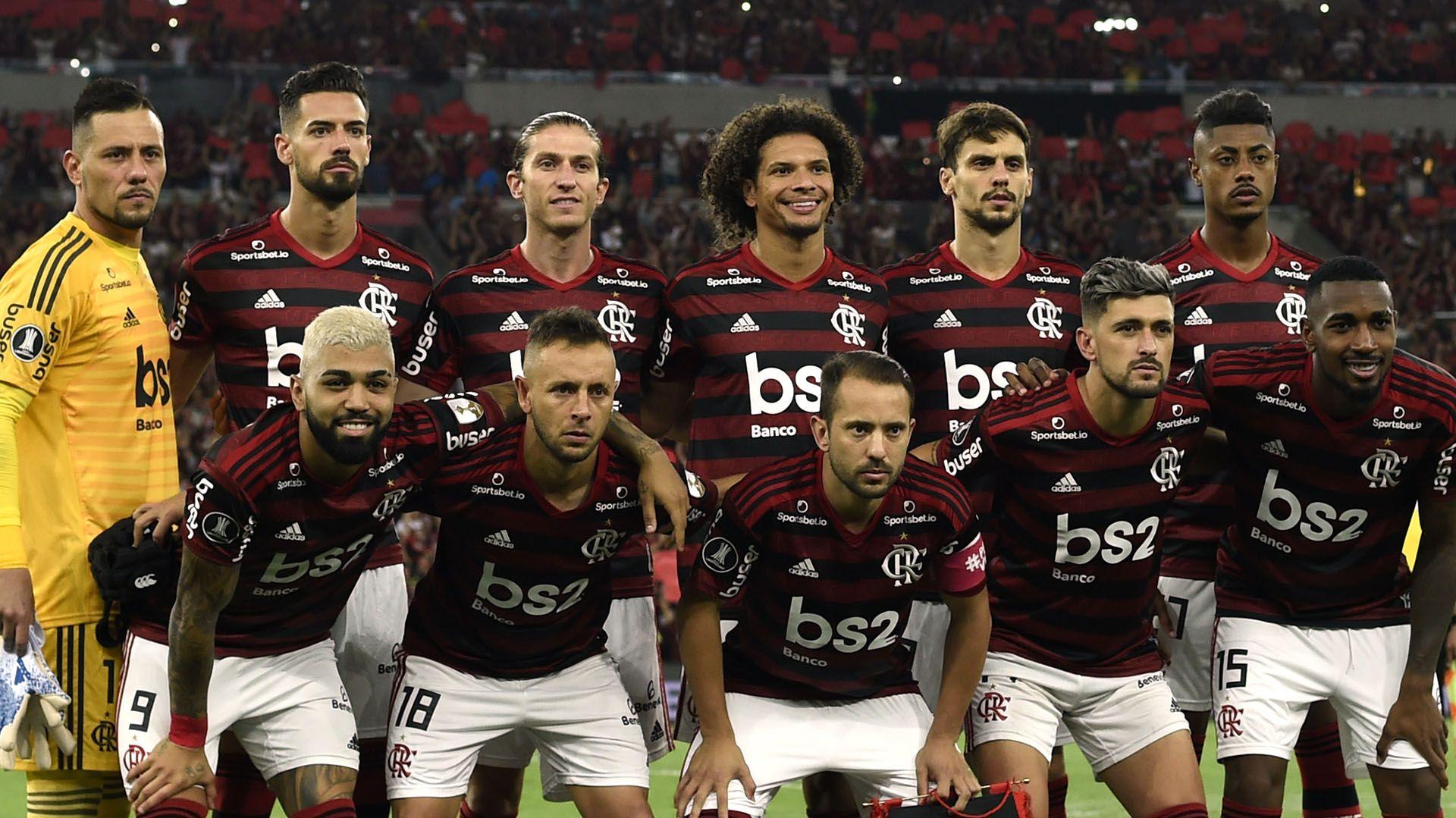 Flamengo's players pose before their Copa Libertadores second leg semi-final football match against Gremio, at Maracana stadium in Rio de Janeiro, Brazil, on October 23, 2019. (Photo by MAURO PIMENTEL / AFP)