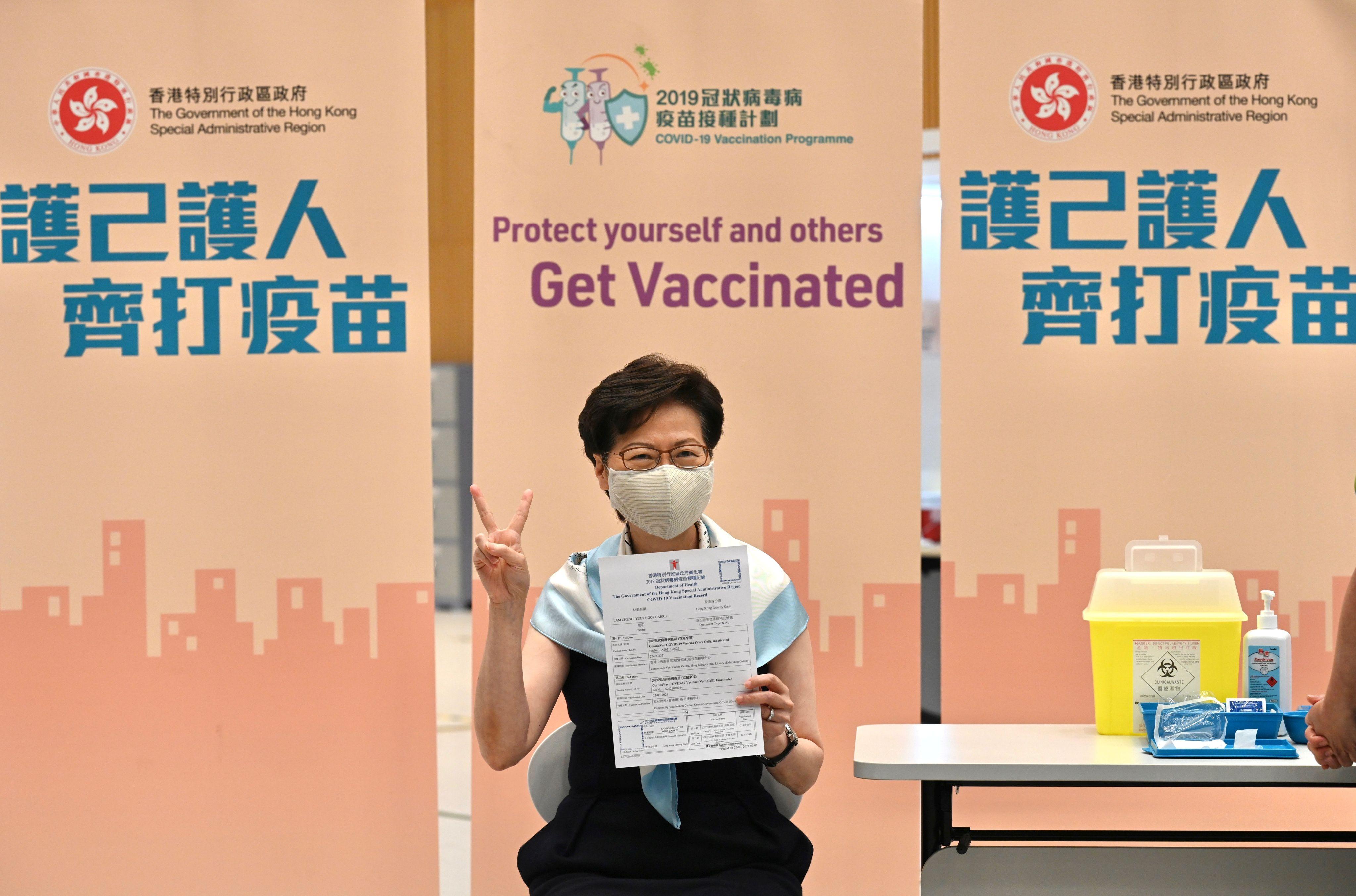 "La líder de Hong Kong, Carrie Lam, se vacunó con Sinovac y acusó a los críticos de ""manchar"" las vacunas de China. (Hong Kong Information Services Department/Handout via REUTERS)"
