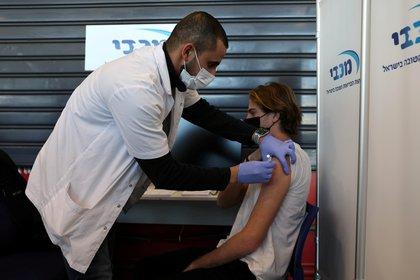 Foto de archivo: Un adolescente recibe una vacuna contra la enfermedad del coronavirus (COVID-19), en Tel Aviv, Israel, el 24 de enero de 2021.(Reuters/ Ronen Zvulun)
