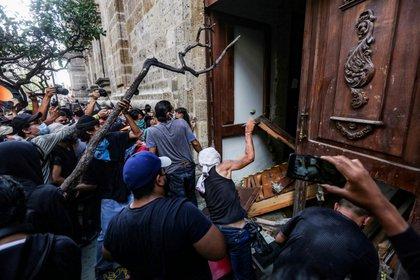 Manifestantes en el Palacio de Gobierno de Jalisco (Foto: REUTERS/Fernando Carranza)