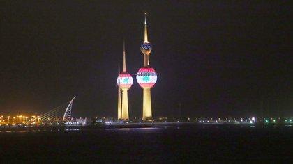 Las torres de Kuwait se iluminaron con los colores de la bandera de El Líbano el pasado 5 de agosto, también como muestra de solidaridad con el país luego de la impresionante explosión en el puerto. Foto: AFP