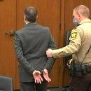 Esta captura de pantalla obtenida de la transmisión de video a través de Court TV, muestra al ex oficial de policía de Minneapolis Derek Chauvin siendo llevado esposado después de que se leyó el veredicto en su juicio por el asesinato de George Floyd, en Minneapolis, Minnesota (AFP)