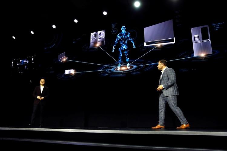 I.P. Park, presidente y CTO de LG Electronics, junto a Jean-Francois Gagne, CEO de Element AI, hablaron durante la conferencia que hizo la marca en la feria CES sobre el rol de la inteligencia artificial en el hogar para hacer la vida del usuario más fácil (REUTERS/Steve Marcus)