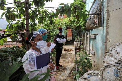 Médicos dan un paseo por el barrio de bajos ingresos de Las Mayas, a medida que aumentan los casos en medio del brote de la enfermedad por coronavirus (COVID-19), en Caracas, Venezuela (REUTERS/Manaure Quintero)