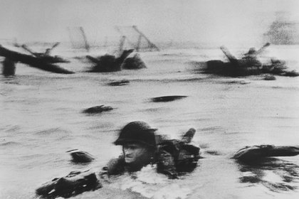 La primera oleada de tropas estadounidenses desembarcando en Omaha Beach el 6 de junio de 1944. (Robert Capa © International Center of Photography American troops landing on Omaha Beach, D-Day. Normandy. France. June 6th, 1944   Magnum Photos)