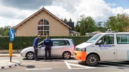 La policía para a los autos en un puesto de frontera (Ilvy Njiokiktjien/The New York Times)