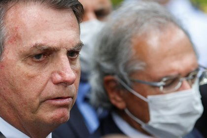 El presidente de Brasil Jair Bolsonaro junto al ministro de economía