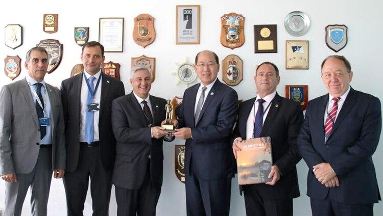 El secretario general de OMI Kitack Lim, junto a los jefes de la Armada y Prefectura de Argentina y personal diplomático