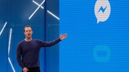FOTO DE ARCHIVO. El CEO de Facebook, Mark Zuckerberg, habla sobre el sistema de mensajería de Facebook, Messenger, en la conferencia anual de desarrolladores de la compañía, en San José, California, EEUU. 1 de mayo de 2018. REUTERS/Stephen Lam.