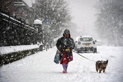 Una mujer pasea a su mascota en Glasgow (Andy Buchanan / AFP)