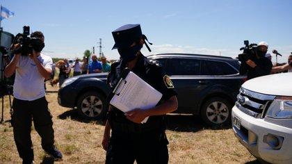 Un policía llegó con la notificación formal de desalojo