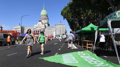La plaza de los dos Congresos está dividida en dos: acá, el sector de los pañuelos verdes (Maximiliano Luna)