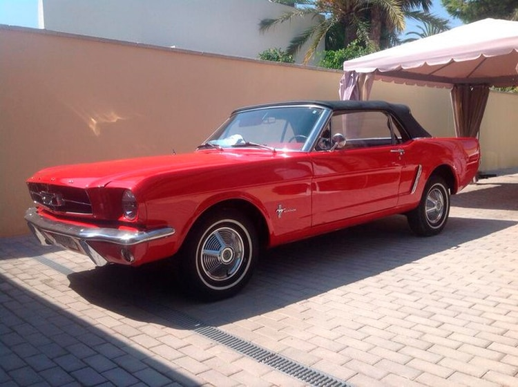 Pablo Prigioni tiene a su Ford Mustang del '65 en España