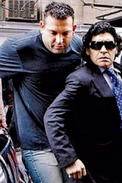 Montero en plena acción, protegiendo a Maradona