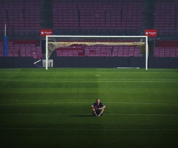 El futbolista, solo en el centro del Camp Nou (@PabloFMarino)