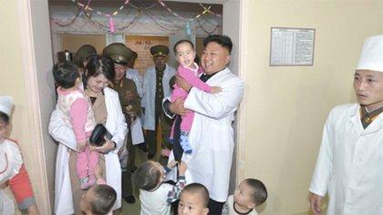 Kim Jong-un y su esposa, Ri Sol Ju, en una visita a un hospital