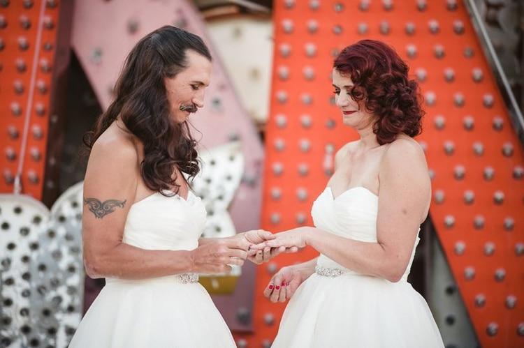 """mi esposo y yo nos casamos usando vestidos idénticos"""", la pareja"""