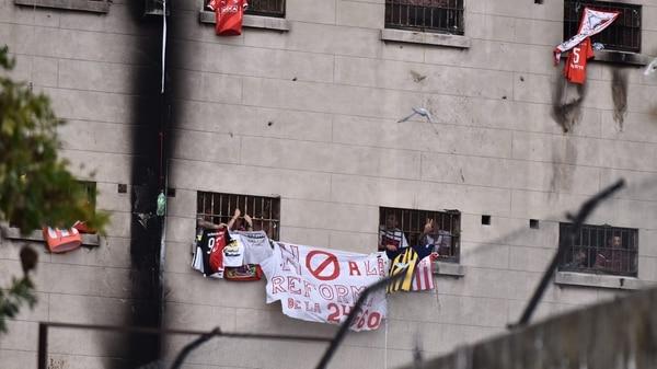 Los Presos Hacen Saber Su Descontento Desde Las Ventanas De Los Pabellones Adrian Escandar