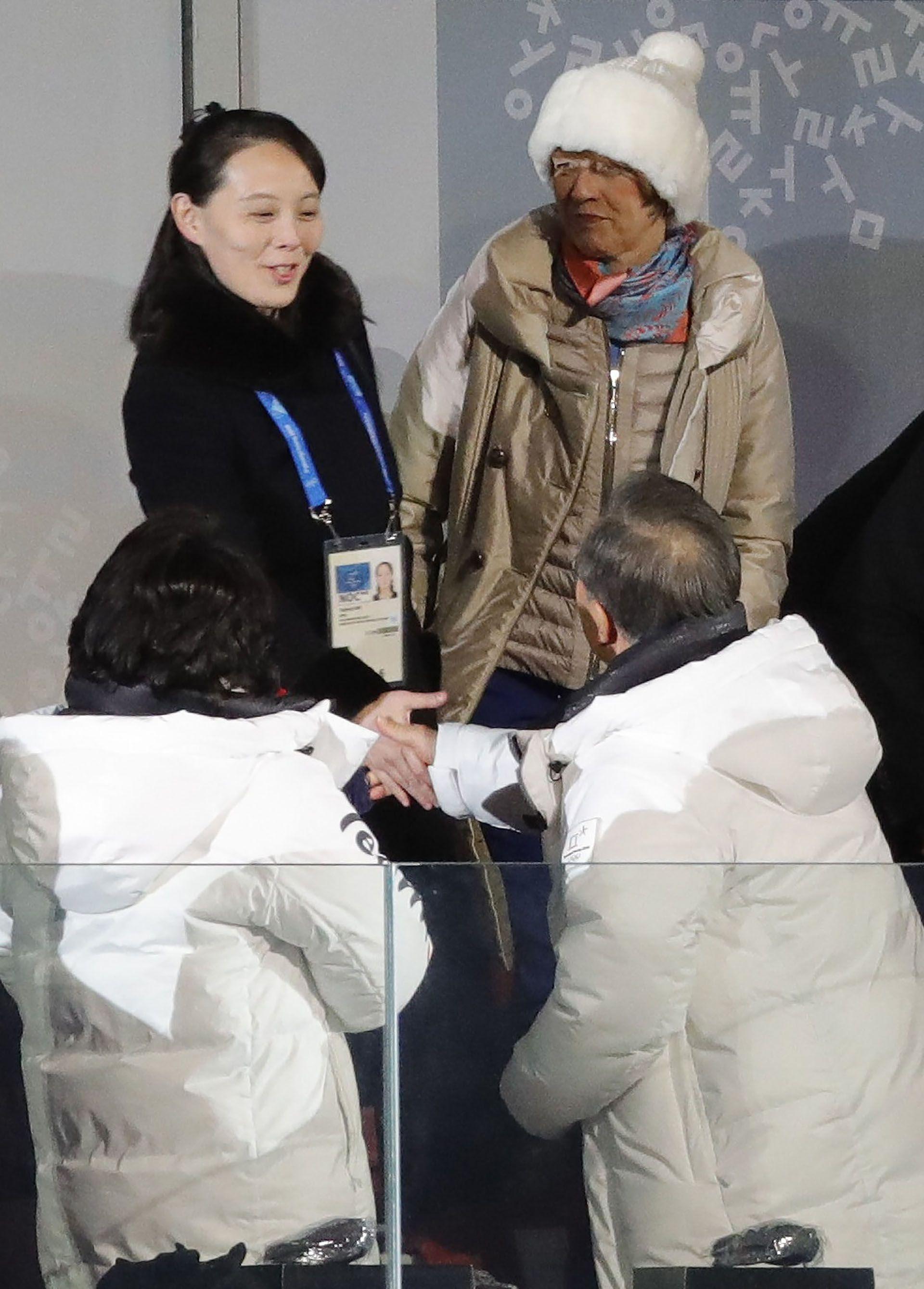 Ceremonia de apertura de los Juegos Olímpicos de Invierno de Pyeongchang 2018. Allí puede verse cómo el presidente de Corea del Sur, Moon Jae-in, y su esposa, Kim Jung-sook, saludan a Kim Yo-jong (Reuters)