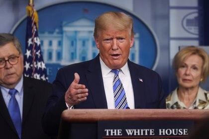 El presidente de los Estados Unidos, Donald Trump, se dirige a la sesión informativa diaria sobre el COVID-19 mientras el Fiscal General William Barr y el Embajador Debbie Birx, el coordinador de respuesta al coronavirus de la Casa Blanca, observan (Reuters)