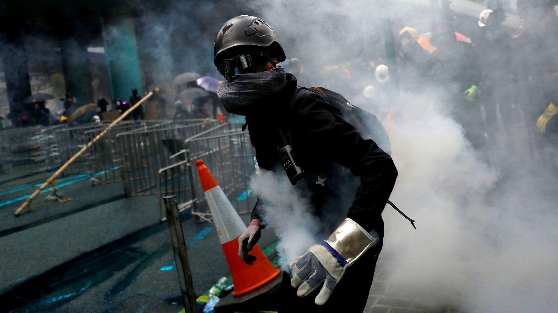 Un manifestante con el rostro cubierto en la masiva movilización (REUTERS/Kai Pfaffenbach)