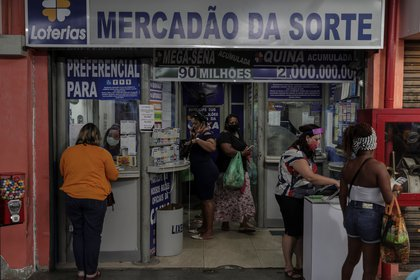 Personas hacen las compras en Río (EFE/Antonio Lacerda)