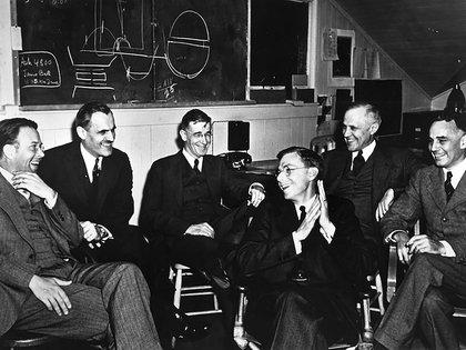 Oppenheimer junto al grupo de científicos con los que trabajó
