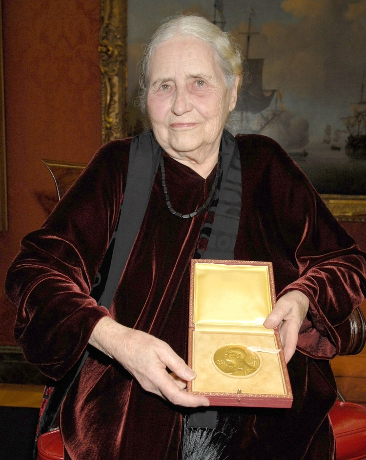 Lessing con la medalla del Nobel de Literatura en 2008 (Richard Young/Shutterstock)