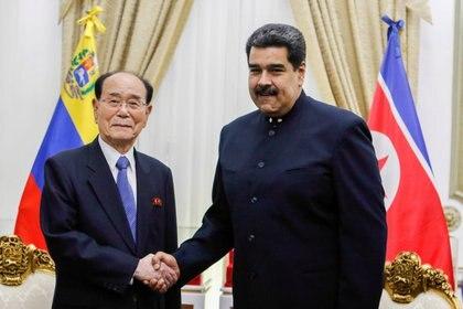 El presidente de la Asamblea Suprema del Pueblo de Corea del Norte, Kim Yong-nam, y el dictador venezolano Nicolás Maduro tras una reunión en el Palacio de MIraflores; Pyongyang ha manifestado su respaldo al régimen chavista (Palacio de Miraflores via REUTERS)