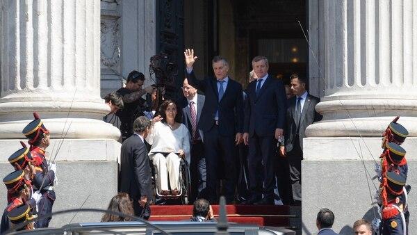 Mauricio Macri junto a las autoridades del Congreso saludan a la Plaza
