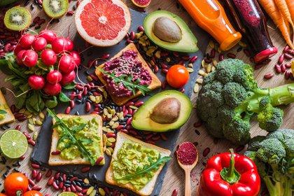 Frutas y verduras constituyen la base de la pirámide nutricional (Shutterstock)