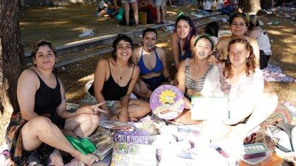 Desde la izquierda. Cobalto, Micaela, Emi, Daina, Fer, Ye y Lucila, La Colo: integrantes del Ciclo Peperina, llegaron desde Dock Sud, partido de Avellaneda (Foto: Catalina Calvo)