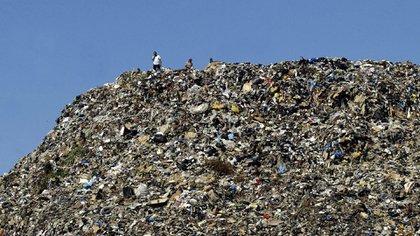 Una montaña de basura que habita en Indonesia (AFP/Mahmoud Zayat)