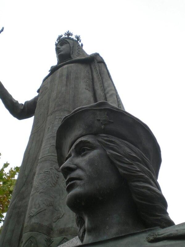 La estatua de Gonzalo Fernández de Córdoba, al pie del monumento a Isabel la Católica