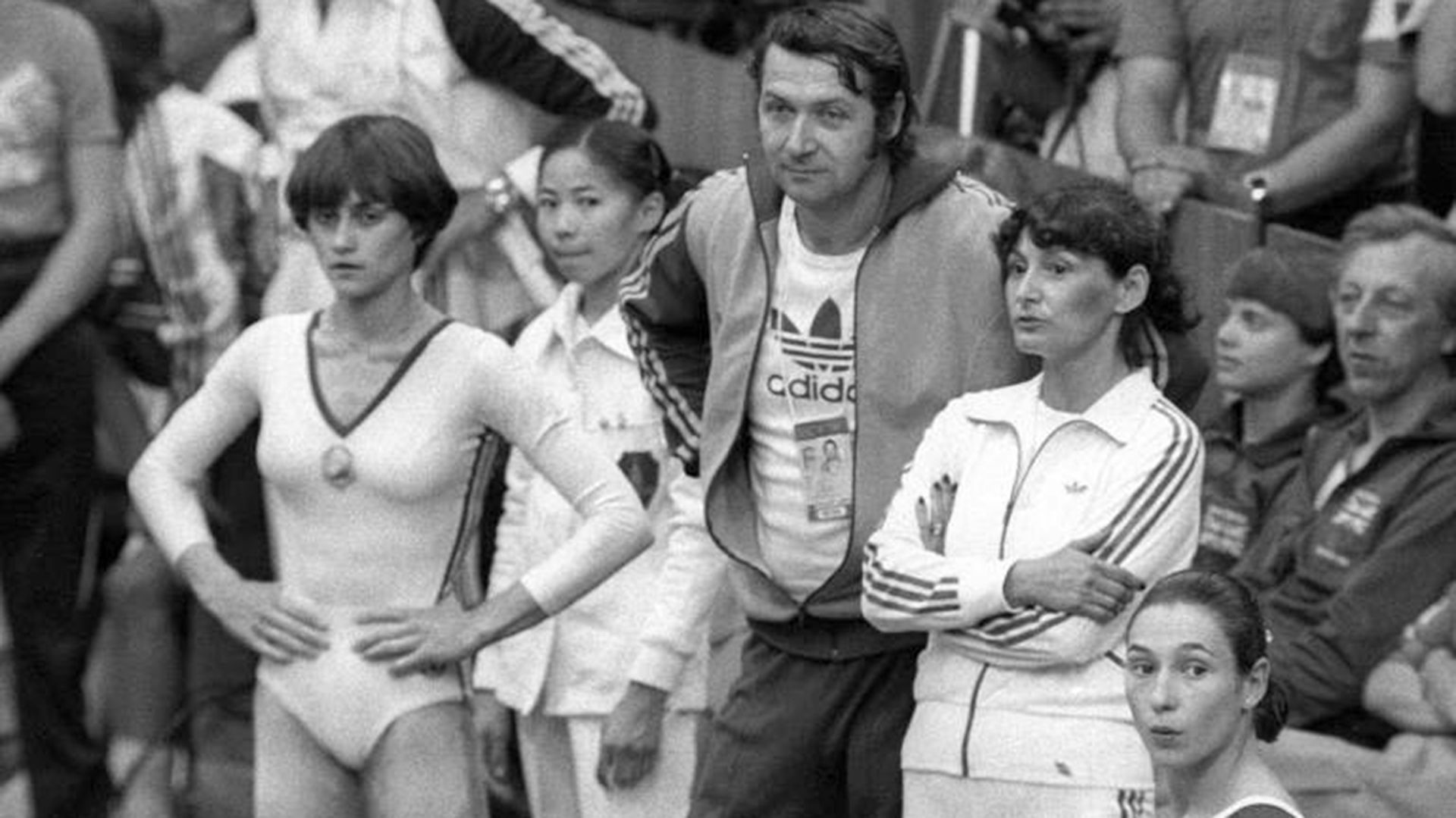 El matriomoni Karolyi durante los Juegos Olímpicos de Montreal 76. A la izquierda de la imagen, una joven Nadia Comaneci (AP)