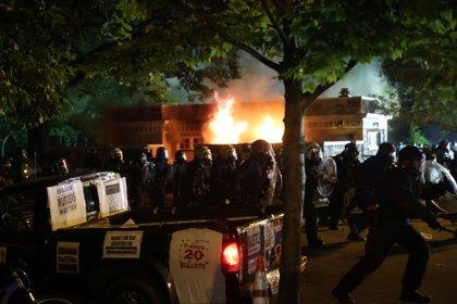 La policía en su choque contra los manifestantes en la noche del domingo en Washington.  REUTERS/Jonathan Ernst