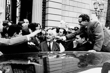El presidente Illia, al abandonar la Casa Rosada
