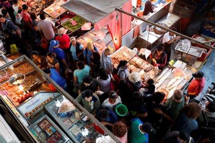 Capitalinos abarrotan el mercado de La Viga para comprar pescados y mariscos por la Cuaresma (Foto: EFE)