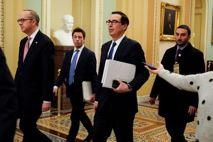 El secretario del Tesoro, Steven Mnuchin, camina en el Senado durante las negociaciones por los paquetes de ayudas económicas por el brote de un nuevo coronavirus (COVID-19), en el Capitolio, en Washington, EEUU. 23 de marzo de 2020. REUTERS/Joshua Roberts.