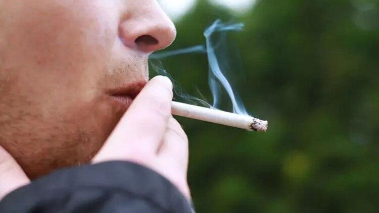 Los fumadores pueden desarrollar múltiples padecimientos no transmisibles como enfermedad pulmonar obstructiva crónica, afecciones cardio y cerebrovasculares, así como cáncer de pulmón. (Foto: Archivo)