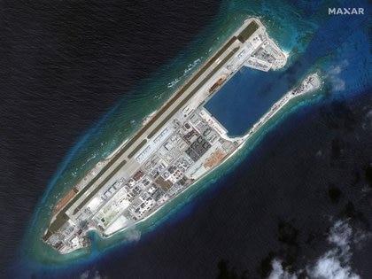 Imagen satelital de una de las islas artificiales chinas levantadas en el arrecife de Fiery Cross, mar del Sur de China. Maxar Technologies vía REUTERS.