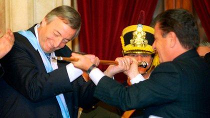 Eduardo Duhalde, en el momento de la entrega del bastón presidencial a Néstor Kirchner (NA)