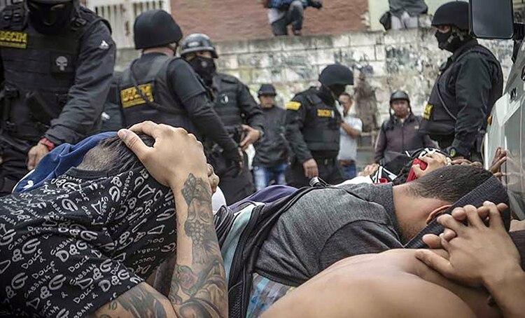 El sótano de la Dgcim está repleto de militares y civiles enclaustrados en la oscuridad y bajo condiciones de infrahumanas (Felipe Romero)