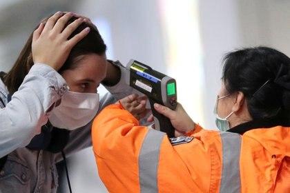 Las pistolas de temperatura que apuntan a las frentes de las personas en la aduana del aeropuerto y en los puestos de control fronterizo, en promedio, son solo un 70% efectivos para detectar fiebres, lo que significa que aproximadamente una de cada cuatro personas con temperatura corporal elevada pasa desapercibida (REUTERS)