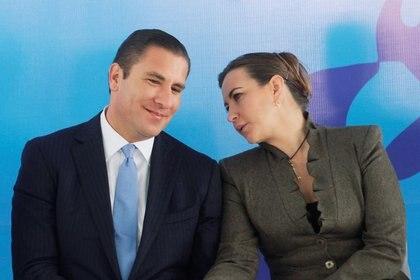 Imagen de archivo. Rafael Moreno Valle y su esposa Martha Alonso durante un evento en Puebla, México. 1 de noviembre de 2012. REUTERS / Imelda Medina